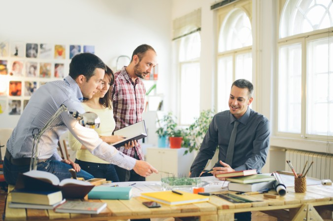 Bei der GRündung und bei der Mitarbeit eines Startups ist gerade am Anfang Teamwork gefragt. Oft packen alle gemeinsam an. (#3)