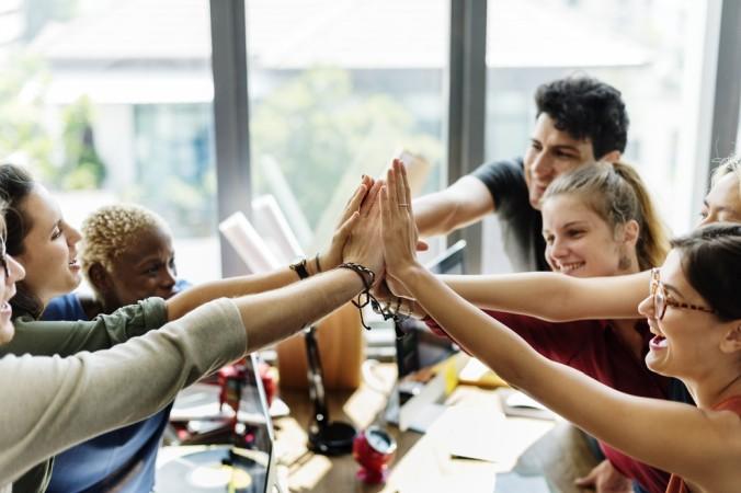 In manchen Berufen ist Teamarbeit das A & O. Man arbeitet einander zu und hilft sich gegenseitig. (#2)