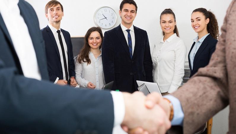 Bei der Ausbildung zum Handelsfachwirt steht die Karriere von Beginn an im Vordergrund. Durch Weiterbildungsmaßnahmen sind zusätzliche Qualifikationen zu erreichen, beispielsweise zum Sales Professional oder zum Abteilungsleiter. (#01)