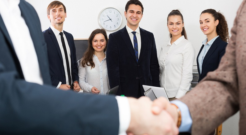 Oft wird bei Existenzgründungen die Sales-Unit von der Basis aus aufgebaut. Eine solche Neustruktur braucht eine organisierte Planung und einen klugen Kopf, der das Sales-Team anführt. Genau darum sollte man einen Leiter einstellen, der bereits einige Erfahrungen gemacht hat. (#04)