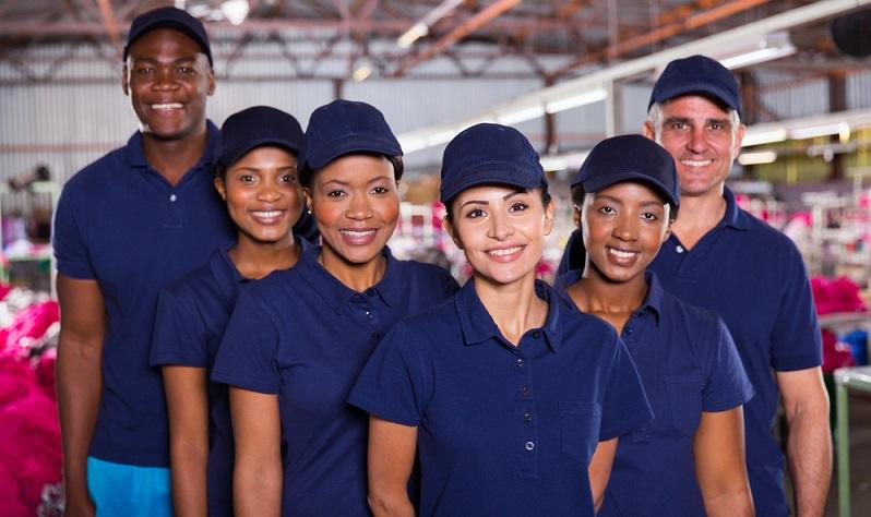 Wo keine spezielle Schutzkleidung erforderlich ist, kann das Unternehmen beispielsweise das Tragen einer bestimmten Farbe oder Art von Dienstkleidung vorgeben. (#03)