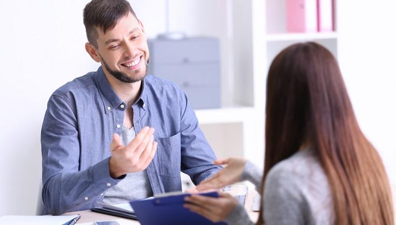 Im Normalfall erhalten die Headhunter ihre Aufträge von Unternehmen, die Leute für die wichtigen Positionen suchen. Die etablierten Berater fokussieren sich auf hoch dotierte Jobs und gehen entsprechend diskret mit den internen Informationen um. (#01)