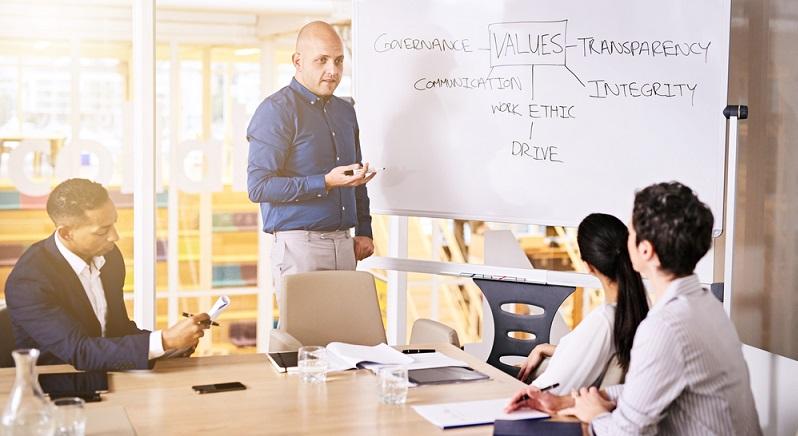 Die Kunst der Zusammenstellung des Pitch-Decks besteht darin, dass es eigentlich alles enthalten soll, was über das Geschäft ausgesagt werden kann und dabei trotzdem wesentlich kürzer als ein Business-Plan sein muss. (#03)