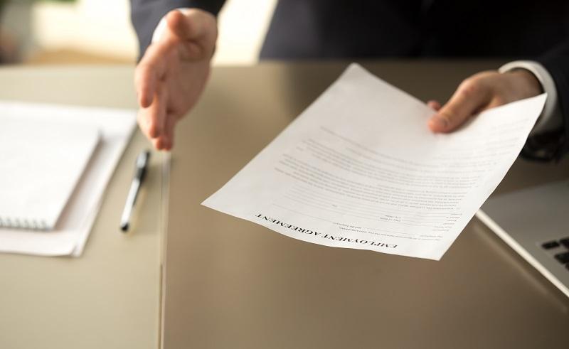 Weihen Sie ihren Chef zuerst ein und übergeben Sie ihm das Kündigungsschreiben am besten persönlich und verbunden mit einem klärenden Gespräch. (#06)