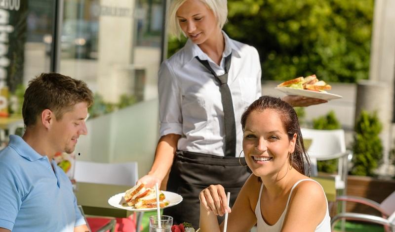 Nach der Ausbildung ins Ausland: Die besten Chancen bestehen nach wie vor in der Gastronomie und im Tourismus aber auch in aufstrebenden IT- und Web-Berufen. (#02)