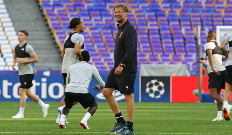 Der Erfolg eines Fußballtrainers hängt nicht nur von seiner eigenen Leistung, sondern zum großen Teil von der Leistung seiner Spieler ab. (#03)