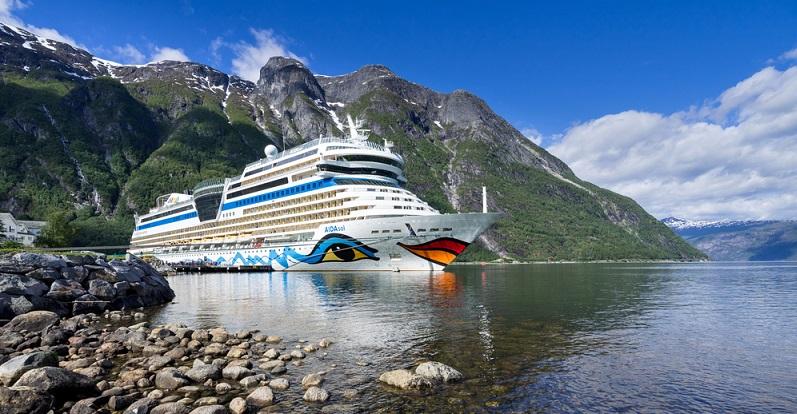 Wer gerne auf einem Kreuzfahrtschiff arbeiten will, hat die Auswahl aus vielen verschiedenen Arbeitgebern. AIDA Cruises, MSC Kreuzfahrten, Royal Caribbean, Costa Kreuzfahrten und TUI Cruises sind nur einige wenige Beispiele für bekannte Anbieter. (#07)
