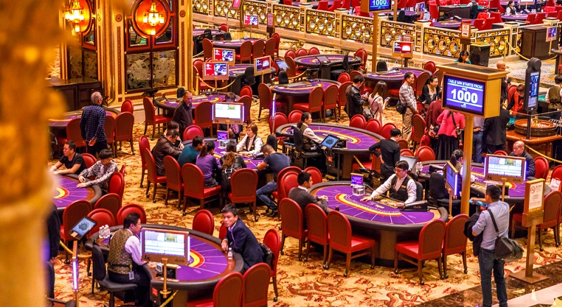Die Poker-Tische sind anfangs für die frisch geprüften Croupiers noch tabu. Erst nach rund zwei Jahren in der Spielbank dürfen die Croupiers an diese Tische, was die meisten Bewerber aber nicht davon abhält, in die Welt der Glücksspiele hineinzuschnuppern. (#04)