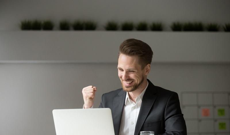 Mitarbeiter sind aus diversen Gründen privat online: Entweder zum Vergnügen oder aus kommerziellem Interesse bei Glücksspielen im Web. (#1)