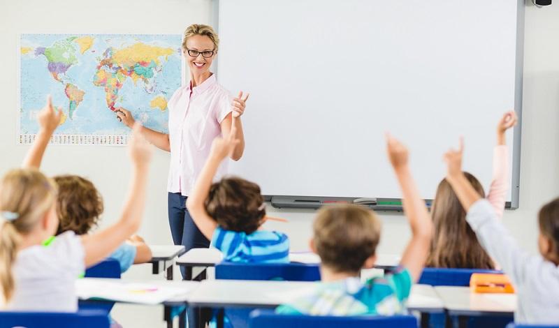 Sind Lehrer nicht verbeamtet, gehören sie in der Regel zu den Angestellten des öffentlichen Dienstes und sind von Tarifabschlüssen betroffen. (#3)