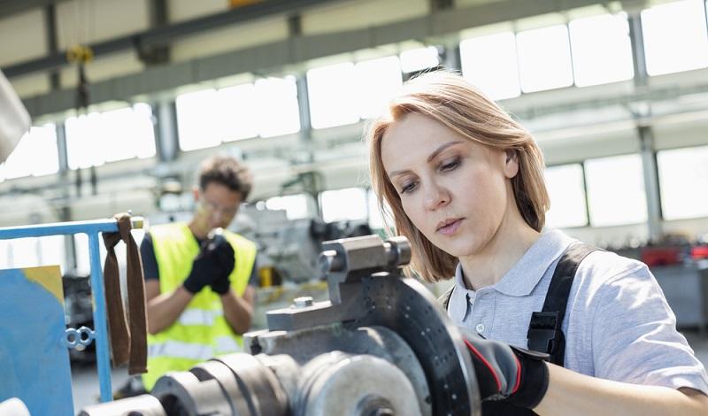 Auch immer mehr Frauen arbeiten in der Metall- und Elektroindustrie und sind vom Tarifabschluss betroffen. (#1)