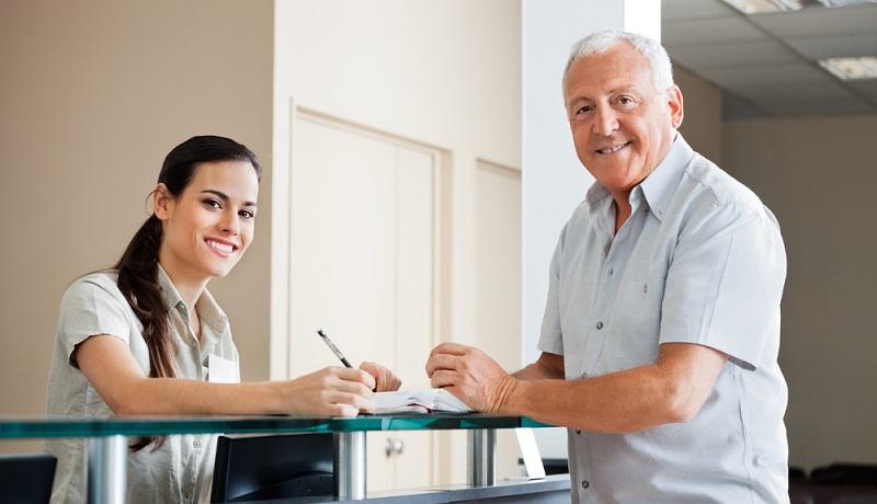 Eine Medizinische Fachangestellte ist eine Art Schnittstelle zwischen Arzt und Patient. Terminvereinbarungen und Rezeptvergabe gehören auch zu ihrem Tätigkeitsfeld. (#1)