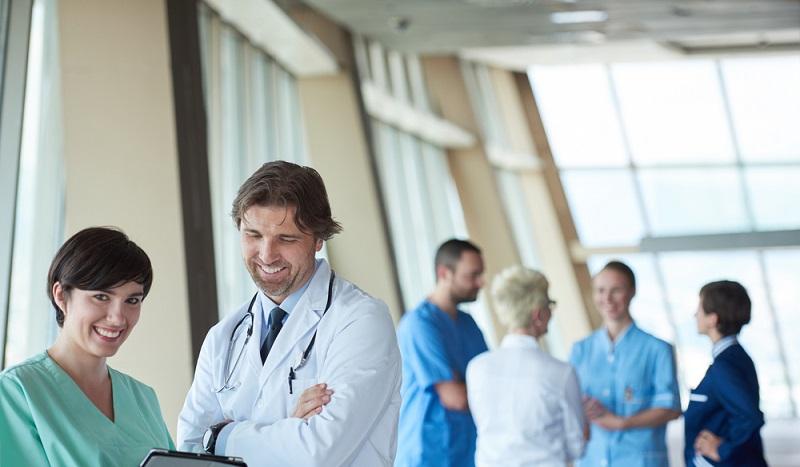 Gemeinsam im Team mit Ärzten und Krankenschwestern kümmern sich Medizinische Fachangestellte um Organisation und Ablauf in einem Krankenhaus. (#2)