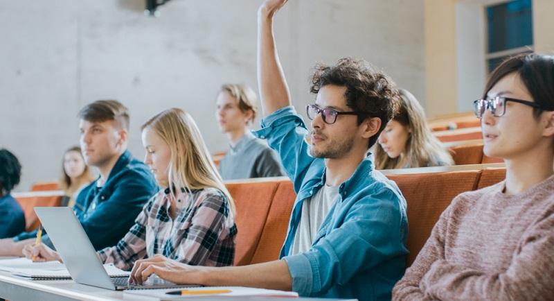 Der Besuch einer Berufsfachschule mit vollwertigem Berufsabschluss ist beispielsweise in vielen sozialen und handwerklichen Berufen möglich, aber auch in solchen mit vorwiegend kreativen Anteilen.