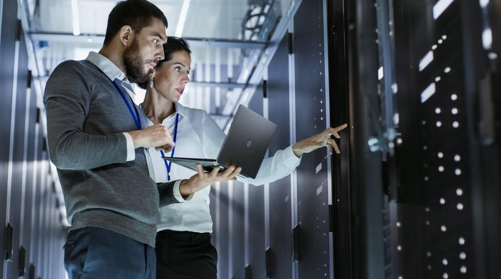 Fachkräftemangel und Digitalisierung stehen in engem Zusammenhang. Da ist zum Einen der Wunsch der Wirtschaft nach stärkerer Digitalisierung, um den Fachkräftemangel durch Rationalisierung zu umschiffen. Auf der anderen Seite erfordert gerade die Digitalisierung mehr Mitarbeiter mit IT-Kompetenzen, welche auf dem Arbeitsmarkt aktuell nicht zu finden sind. (#1)