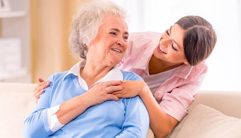 Die Bevölkerung in Deutschland wird immer älter. Das führt dazu, dass immer mehr Altenpfleger notwendig sind.