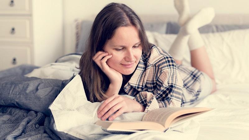 Das Lesen englischer Bücher, das Anschauen englischsprachiger Filme und Dokumentationen hilft dabei, den Wortschatz zu verbessern und sich die Aussprache einzuprägen.
