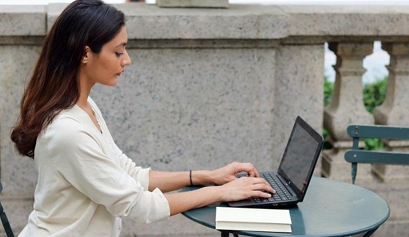Der große Vorteil an Online Jobs ist die Freiheit, zu arbeiten, wo man möchte, solange der Internetzugang funktioniert.