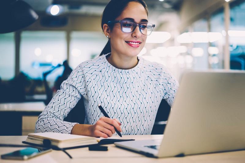 Führungsaufgaben: Sehr hilfreich ist es, wenn die entsprechenden Seminare wie bei der WBS Akademie online angeboten werden, sodass Reisekosten ebenso entfallen wie ein zu hoher Zeitaufwand. (#01)