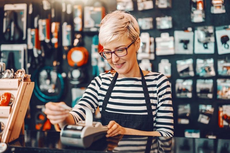 Wer die Einzelhandelskaufmann-Ausbildung wählt, sollte sich vorher selbst prüfen, ob er für dieses spannende, aber auch teilweise anstrengende Berufsbild prädestiniert ist. (#01)