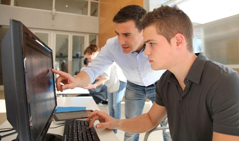 """Auch wenn es viele Gründe für eine Umschulung gibt, stellt sich dennoch die Frage: """"Lohnt sich diese Form der Ausbildung bzw. Weiterbildung überhaupt?"""" (Foto: Shutterstock- ESB Professional )"""