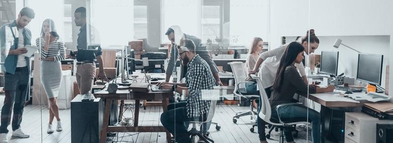 Gerade die modernen digitalen Arbeitsplätze erhalten zunehmend mehr Bedeutung und werden gerne als Arbeitsplatz 4.0 bezeichnet.  ( Foto: Shutterstock- G-Stock Studio)