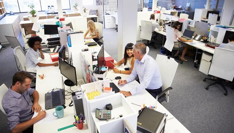Laut<strong> Arbeitsrecht</strong> steht jedem Arbeitnehmer ein Arbeitsplatz zu, an dem er den Anforderungen seiner Arbeit gerecht werden kann.  ( Foto: Shutterstock-  Monkey Business Images)