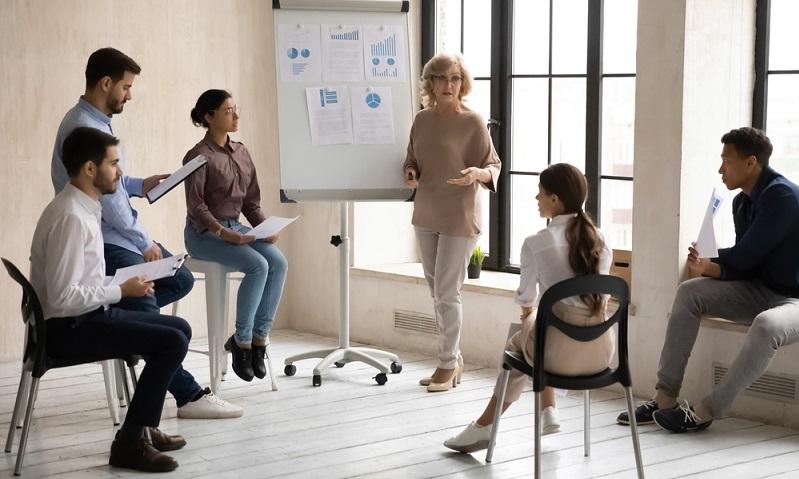 Wenn der Arbeitgeber einen Experten ins Haus holt und selbst eine Qualifizierungsmaßnahme für seine Mitarbeiter anbietet, zahlt die Arbeitsagentur nichts dazu  ( Foto: Shutterstock-fizkes)