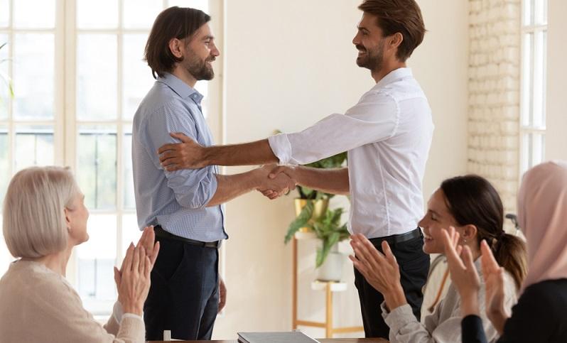 Wer sich als Mitarbeiter mit dem Unternehmen identifiziert, leistet mehr und wird eher nicht über einen Arbeitgeberwechsel nachdenken.  ( Foto: Shutterstock-fizkes)