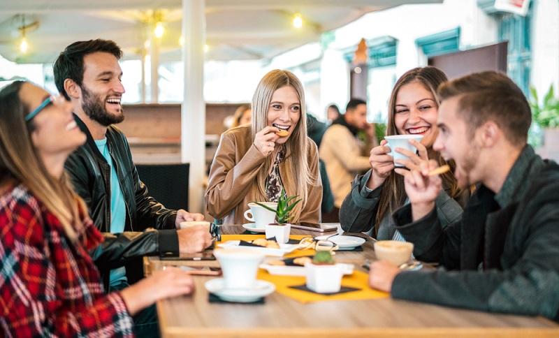 Gehen die Gruppenmitglieder gemeinsam essen, steigt die Team-Performance.  ( Foto: Shutterstock-View Apart_)