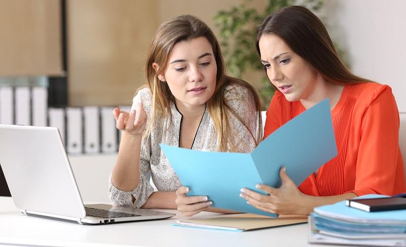 Der offene Dialog mit den Mitarbeitern ist die Grundlage. Erwartungen müssen klar kommuniziert werden, damit der Mitarbeiter auch folgen kann.  ( Foto: Shutterstock-Antonio Guillem)