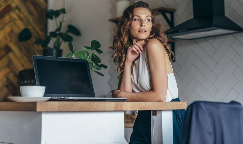"""Arbeitgeber, die ihre Angestellten in die Arbeit nach Hause """"entlassen"""" müssen daher nach wie vor davon ausgehen, dass daheim nicht die volle Arbeitszeit erreicht wird. ( Foto: Shutterstock- Undrey  )"""