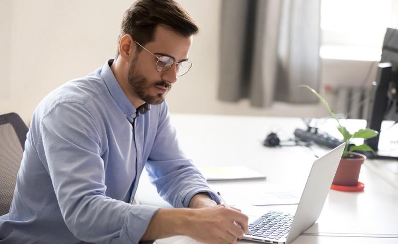Da das Arbeitsrecht keine Vorschriften für die Zeiterfassung vorgibt, kann ein Arbeitnehmer auch selbst zur Dokumentation seiner Arbeitszeit verpflichtet werden.   ( Foto: Shutterstock-fizkes)