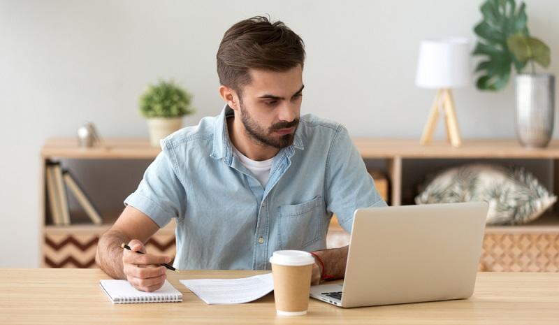 Im Arbeitsvertrag sind die Arbeitszeiten, die der Mitarbeiter zu erbringen hat, festgehalten.  ( Foto: Shutterstock-fizkes)