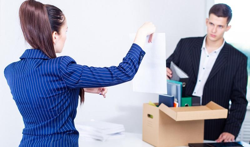 Schummelt der Angestellte nur um wenige Minuten, rechtfertigt das keine fristlose Kündigung, diese rechtfertigen aber eine Abmahnung.  ( Foto: Shutterstock-FOTOGRIN )