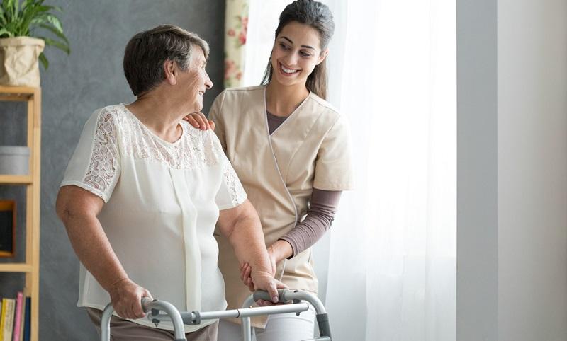Seit dem 1. Januar 2020 gibt es den Beruf des Pflegefachmanns bzw. der Pflegefachfrau. ( Foto: Shutterstock- Photographee.eu)
