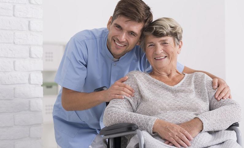 Die generalistische Ausbildung ist nach der Reform der Pflegeberufe eine Zusammenführung aller Pflegeberufe und ist in verschiedene Fachrichtungen geteilt. ( Foto: Shutterstock-Photographee.eu)