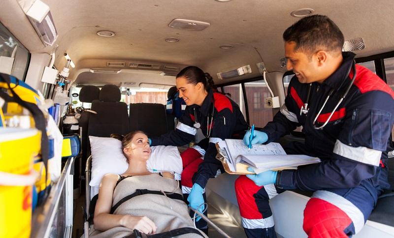 Die Ausbildung zum Rettungssanitäter wird nicht vergütet, eher im Gegenteil.   ( Foto: Shutterstock-michaeljung)