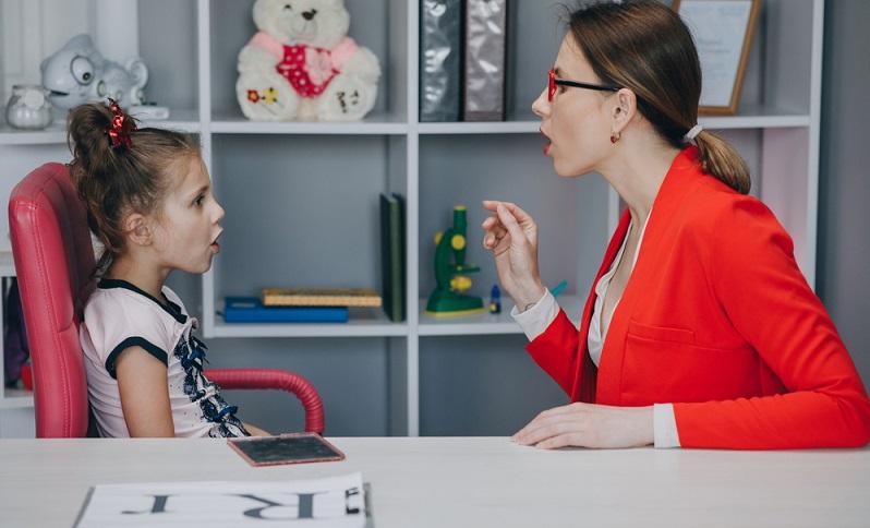 Atem-, Sprech- und Stimmlehrer/innen können nach der Ausbildung angestellt in einer Praxis arbeiten. (Foto: Shutterstock-mpohodzhay )