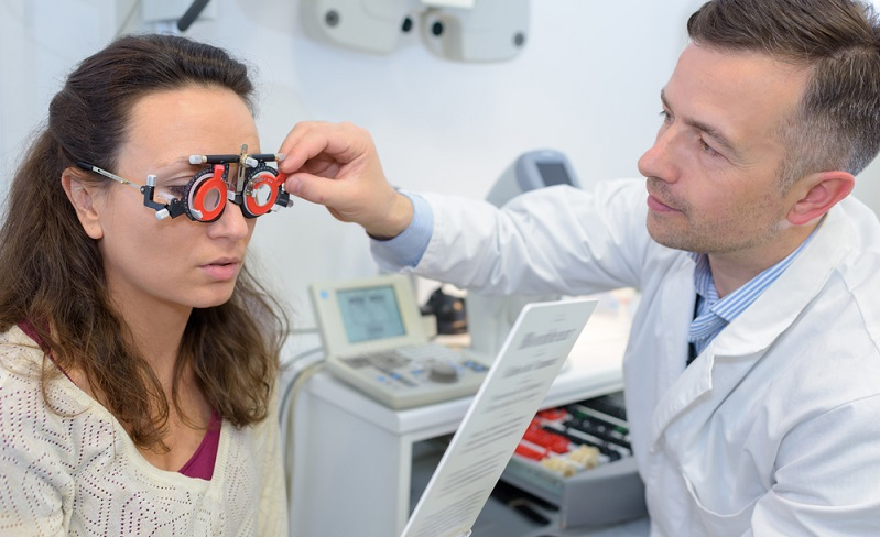 Orthoptisten werden nach dem Tarifvertrag, der für den öffentlichen Dienst gilt, bezahlt. (Foto: Shutterstock-_ALPA PROD )