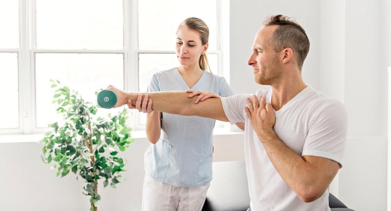 Ergotherapeuten behandeln und fördern damit Patienten mit physischen oder psychischen Erkrankungen, mit Entwicklungsverzögerungen oder Behinderungen. (Foto: Shutterstock-Lopolo )