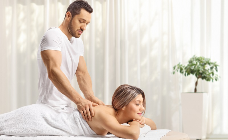 Masseure und medizinische Bademeister arbeiten mit behandelnden Ärzten zusammen und erstellen individuelle Behandlungspläne für die Patienten. (Foto: Shutterstock-_ Ljupco Smokovski )