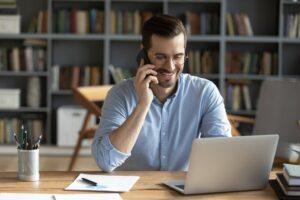 In Kontakt mit ehemaligen Mitarbeitern zu bleiben bringt viele Vorteile für beide Seiten. (Foto: shutterstock.com / fizkes)