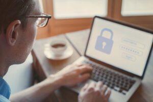 Die IT-Abteilung löscht Nutzerkonten, Passwörter und andere relevante daten zum scheidenden Mitarbeiter. (Foto: shutterstock.com / Song_about_summer)