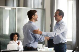 Ein Ausstieg aus einem Unternehmen gelingt nur, wenn die Kommunikation stimmt. (Foto: shutterstock.com / fizkes)