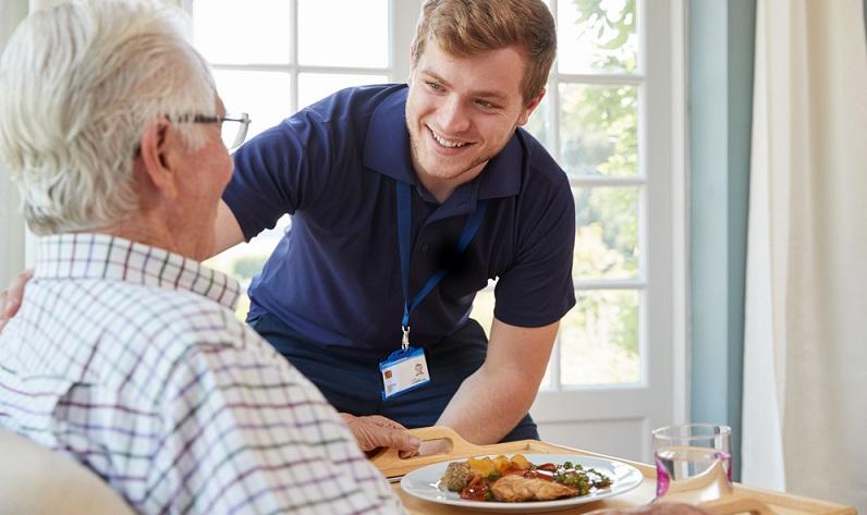 Der Umgang mit Patienten in jedem Alter gehört zu diesem Job. (Foto: Shutterstock-Monkey Business Images )